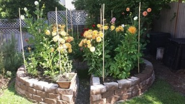 2) DIY (Do-it-yourself) keyhole garden